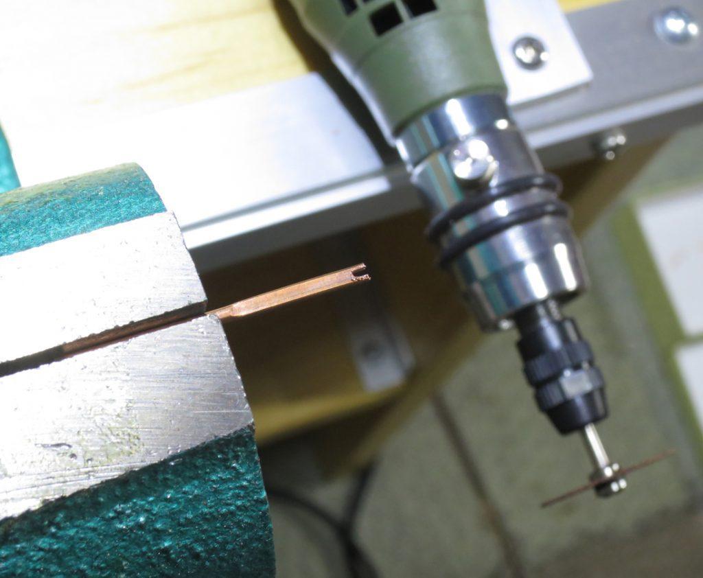 合併テコへの溝切り加工:万力(バイス)で固定